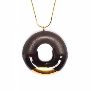 Sautoir donut en argile décoration glaçage chocolat et or