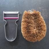 Nécessaire à légumes / 1 éplucheur + 1 brosse